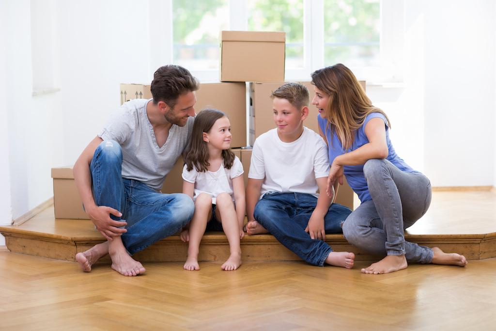 引っ越しする家族